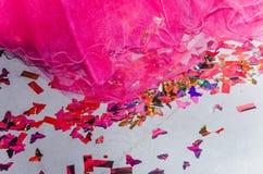 Frambozenbruid - boord, en confettien op de vloer Stock Afbeelding