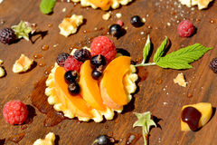 Frambuesa fresca, pasa, melocotón en la galleta quebradiza y miel, cierre para arriba Fotos de archivo libres de regalías