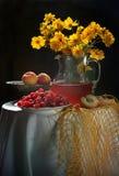 Frambuesa, melocotones y ramo de camomiles amarillos Imagen de archivo