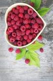 Frambuesa roja en corazón Imagen de archivo