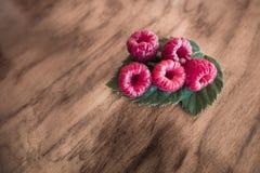 Frambuesa roja en la madera Foto de archivo libre de regalías