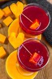 Frambuesa - smoothie de la fresa a una ayuda hermosa de la figura y de la salud Foto de archivo