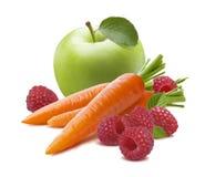 Frambuesa verde de la zanahoria de la manzana aislada en el fondo blanco Imagen de archivo libre de regalías