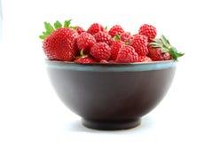 Frambuesa y fresa maduras frescas en cuenco de fruta Fotografía de archivo libre de regalías