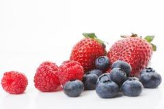 Frambuesas, arándanos y fresas. fotos de archivo
