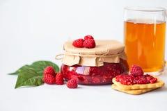 Frambuesas con el azúcar, frambuesas frescas sanas, atasco hecho en casa en un tarro, desayuno de la mañana en un fondo ligero foto de archivo libre de regalías
