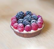 Frambuesas con la tarta de las zarzamoras, realmente deliciosa Fotos de archivo