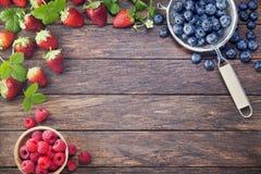 Frambuesas de los arándanos de las fresas de las bayas del fondo Imágenes de archivo libres de regalías
