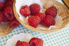 Frambuesas en pequeñas cestas Foto de archivo
