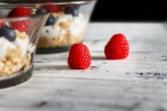 Frambuesas rojas del desayuno dos sanos Fotografía de archivo libre de regalías