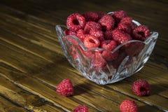 Frambuesas rojas en un plato Imagen de archivo libre de regalías