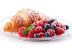 Frambuesas y Croissant Imagen de archivo libre de regalías