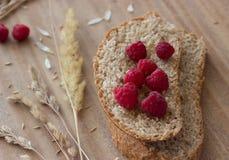 Frambuesas y oídos del pan Fotografía de archivo