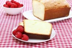 Frambuesas y torta de libra frescas. imagen de archivo