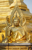 Framdel av att sitta den thailändska Buddhastatyn som bär guld- kläder Royaltyfria Foton