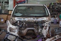 Framdel av bilen i en auto olycka royaltyfri foto