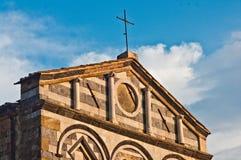 Framdel av den forntida romanska kyrkan med svartvit marb Royaltyfri Foto