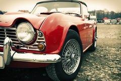 Framdel av den gamla röda bilen som är retro Arkivbilder