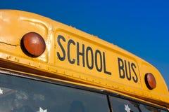 Framdel av den gula skolbussen Arkivbild