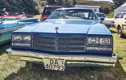 Framdel av den klassiska bilen i blått Arkivfoton