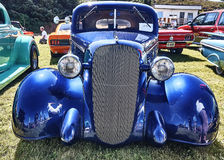 Framdel av den klassiska bilen i blått Royaltyfri Foto