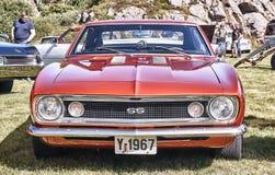 Framdel av den klassiska bilen i rött Arkivbild