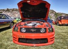 Framdel av den klassiska bilen i rött Arkivfoto