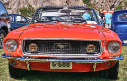 Framdel av den klassiska bilen i rött Arkivbilder