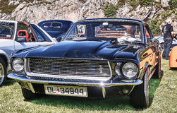 Framdel av den klassiska bilen i svart Arkivfoton