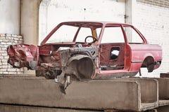 Framdel av den kraschade röda bilen Fotografering för Bildbyråer