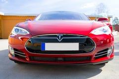 Framdel av den röda Tesla bilen Fotografering för Bildbyråer