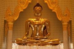 Framdel av den största guld- buddha statyn i den Trimit templet Fotografering för Bildbyråer