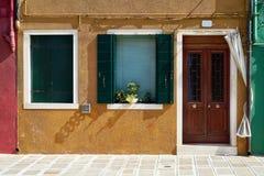 Framdel av det gula huset på ön av Burano italy venice Royaltyfri Fotografi