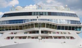 Framdel av det massiva vita lyxiga kryssningskeppet Arkivfoto