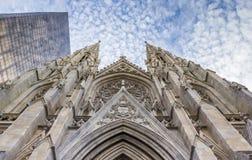 Framdel av domkyrkan för St Patricks och en skyskrapa i New York arkivfoton