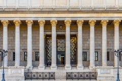 Framdel av en fransk domstolsbyggnad royaltyfri bild