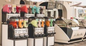 Framdel av en snökotte- och glasssäljare under sommaren arkivfoton