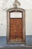 Framdel av ett gammalt mexikanskt hus - kolonial stildörr och fönster Royaltyfri Fotografi