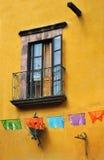 Framdel av ett gammalt mexikanskt hus - kolonialt stilfönster Arkivfoto