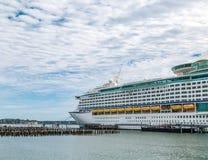 Framdel av ett massivt kryssningskepp som anslutas i Portland Maine Royaltyfri Fotografi