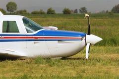 Framdel av ett privat flygplan med en strängt skadad propeller Arkivfoto