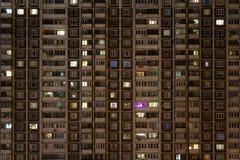 Framdel av lägenhethuset på natten Arkivbild