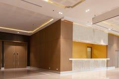 Framdel av lobbyen i korridor arkivbilder