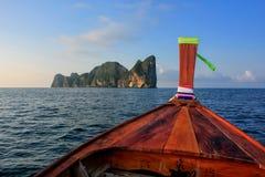 Framdel av longtailfartyget som går till Phi Phi Leh Island i Krabi Prov Royaltyfri Fotografi