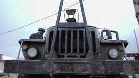 Framdel av outdors för lastbil för skurkrollgräsplan gamla stock video