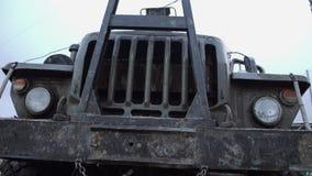 Framdel av outdors för lastbil för skurkrollgräsplan gamla arkivfilmer