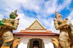 Framdel av Wat Arun med bred sikt Arkivfoto
