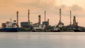 Framdel för flod för område för oljeraffinaderiväxt Arkivfoton
