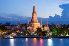 Framdel för flod för skymningArun tempel Royaltyfria Bilder