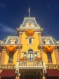 Framdel för lager för victorian Disneyland för huvudsaklig gata royaltyfri bild